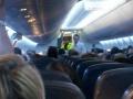 Người phụ nữ tấn công nhân viên máy bay bằng chân giả